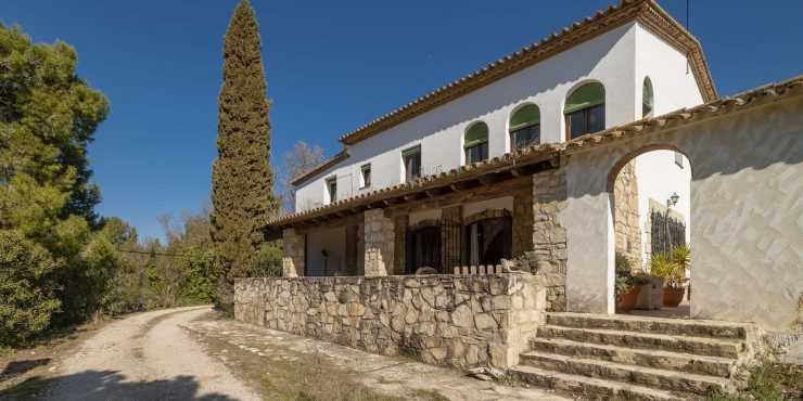 Stunning Catalan Masia with equestrian installations in the hills of Tarragona